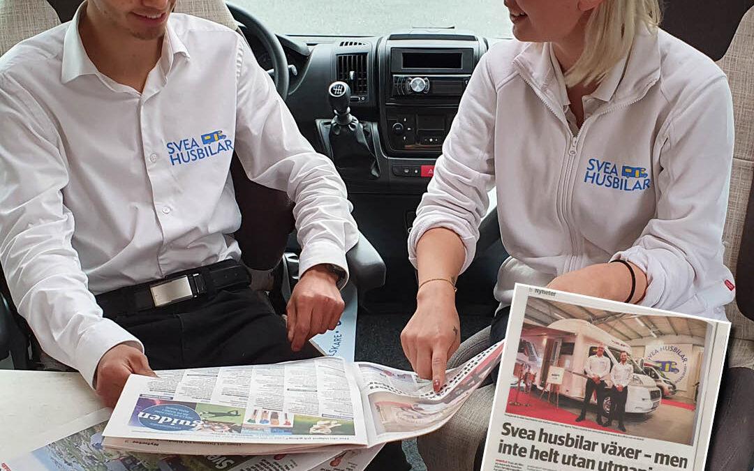 Samuel och Felicia läser Norrtelje Tidning