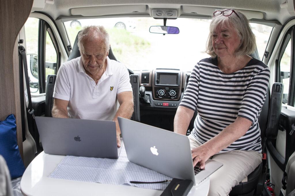 Sören och Ann-Margret jobbar i husbil